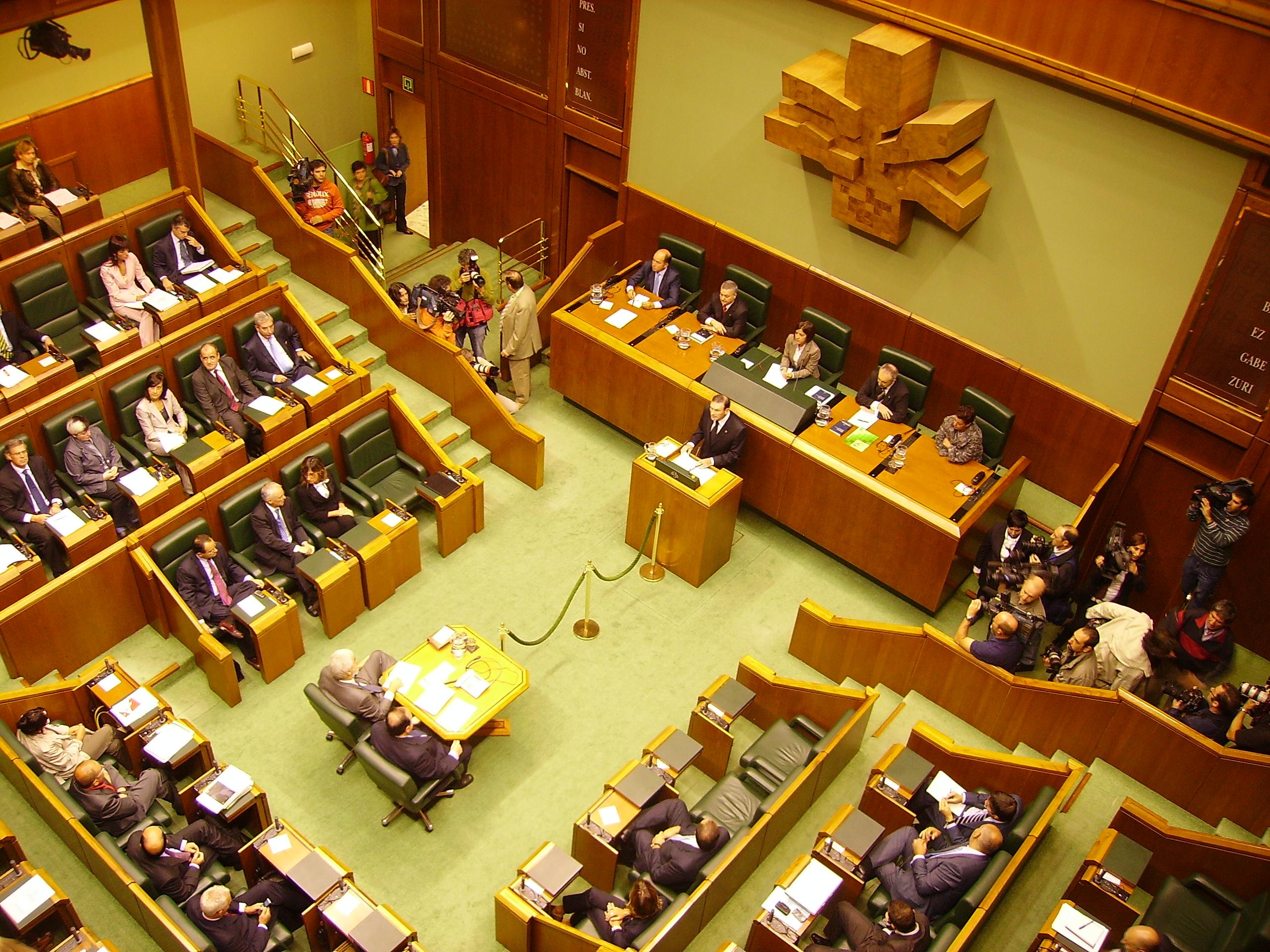El Parlamento Vasco estudia regular los clubes sociales de cannabis.