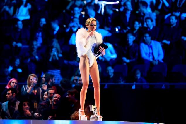 Miley Cyrus vuelve a provocar encendiendo un porro en la gala de la MTV en Europa