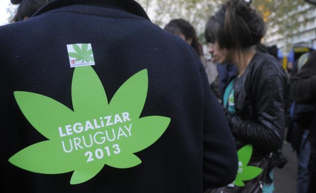 Uruguay legaliza el uso del Cannabis.
